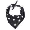 Zwarte bandana met witte sterren. De bandana voor honden kan heel eenvoudig op de gewenste lengte geknoopt worden. Verkrijgbaar in 6 maten van XS tot XXL, voor zowel de allerkleinsten als de grootsten.