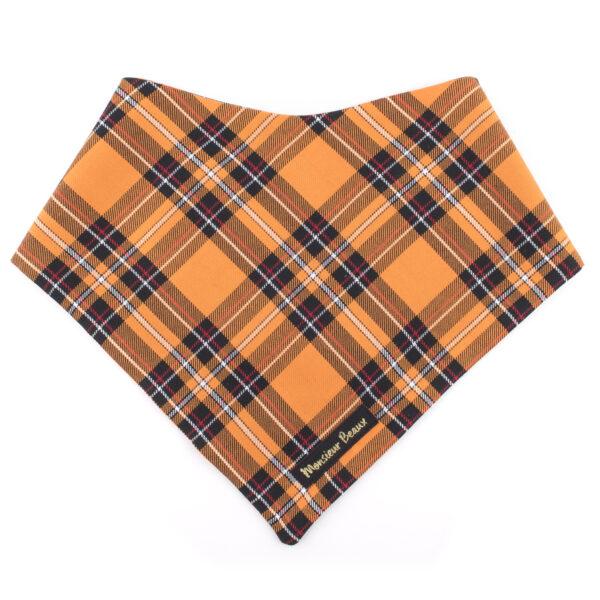 Leuke oranje hondenbandana met tartan ruitjes motief. De hondenbandana kan heel eenvoudig op de gewenste lengte geknoopt worden. Verkrijgbaar in 6 maten van XS tot XXL, voor zowel de allerkleinsten als de grootsten.