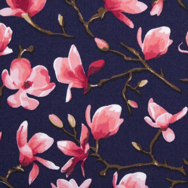 Blauwe hondenstrik met roze magnolia print. Verkrijgbaar in small, medium of large. Gemakkelijk te bevestigen aan de halsband van uw huisdier met twee velcrobandjes aan de achterkant van de strik.