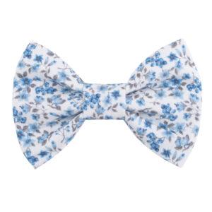 Witte hondenstrik met blauwe bloemetjes print. Verkrijgbaar in small, medium of large. Gemakkelijk te bevestigen aan de halsband van uw huisdier met twee velcrobandjes aan de achterkant van de strik.
