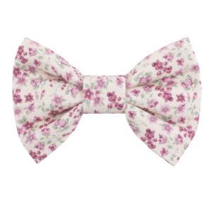 Oudroze hondenstrik met roze bloemetjes print. Verkrijgbaar in small, medium of large. Gemakkelijk te bevestigen aan de halsband van uw huisdier met twee velcrobandjes aan de achterkant van de strik.