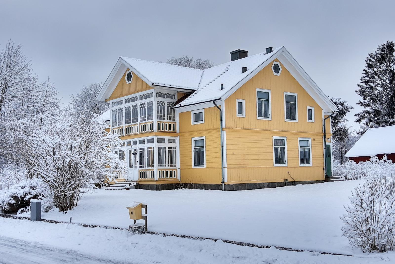 Winter rondom het gele huis.