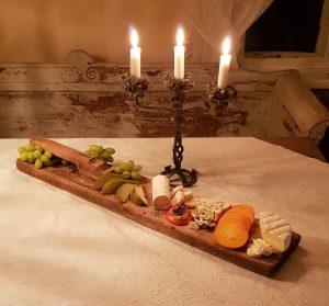 Läcker ostbricka på mangelbräde. Pris gäller endast brädet.