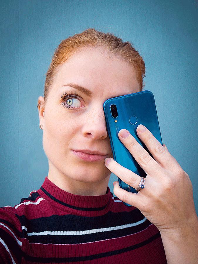visuel identitet - billede af Maja Rohde Sværke ved blå baggrund