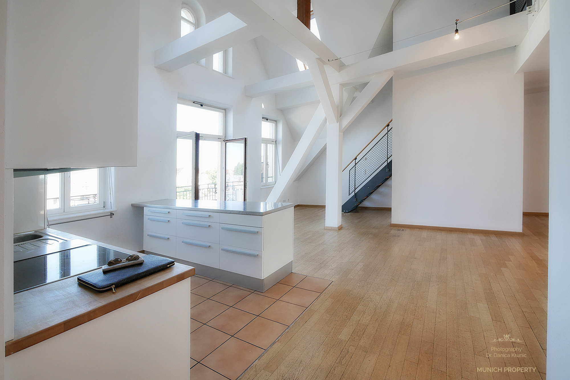 Wohnung München Isarvorstadt Ludwigsvorstadt Glockenbach: Luxus Altbau Wohnung mit Galerie, Parkett, Säulen, Schrägen, fulminante Räumhöhe