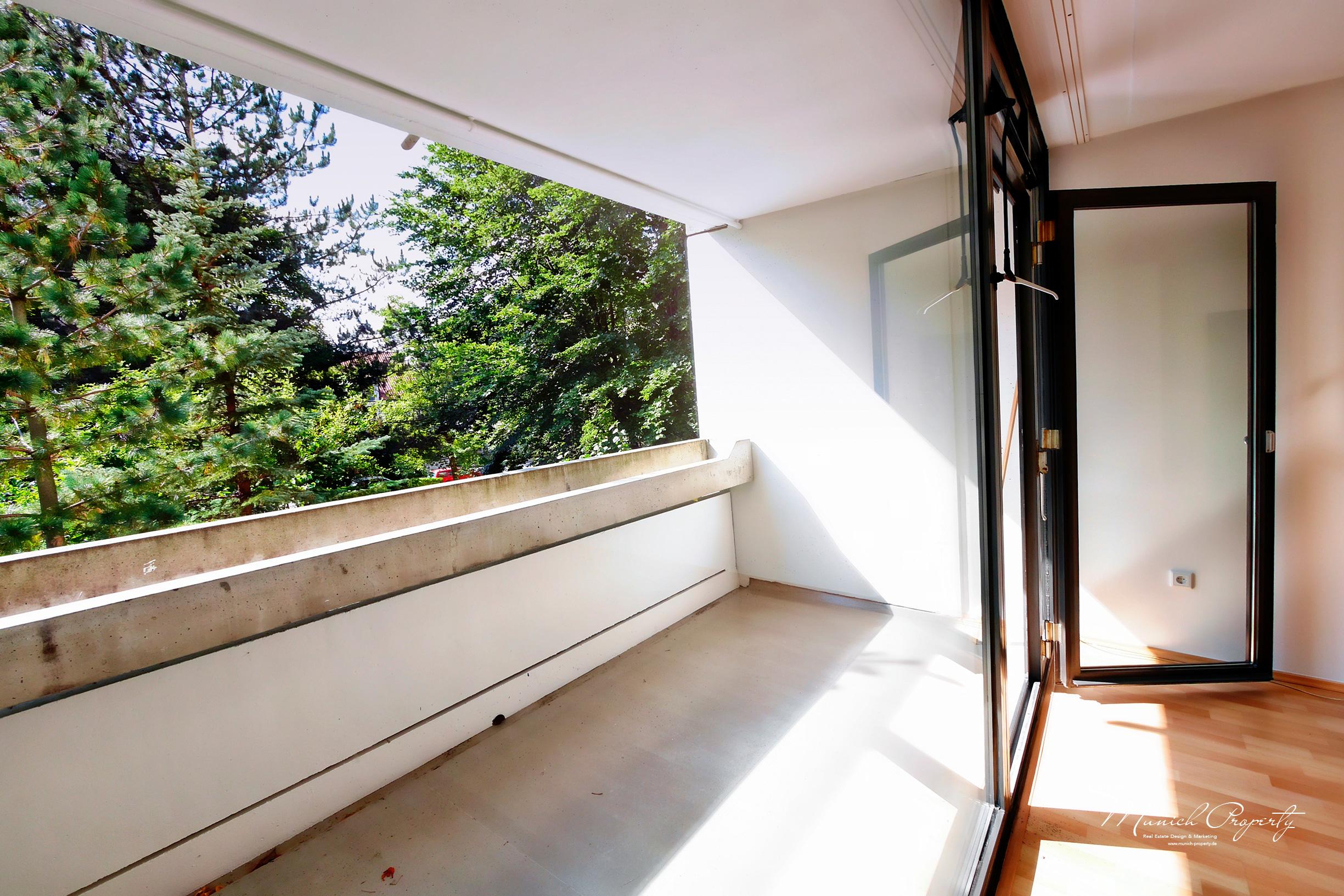 Wohnung München Bogenhausen Fideliopark Knappertsbuschstrasse: Wohnzimmer Balkon