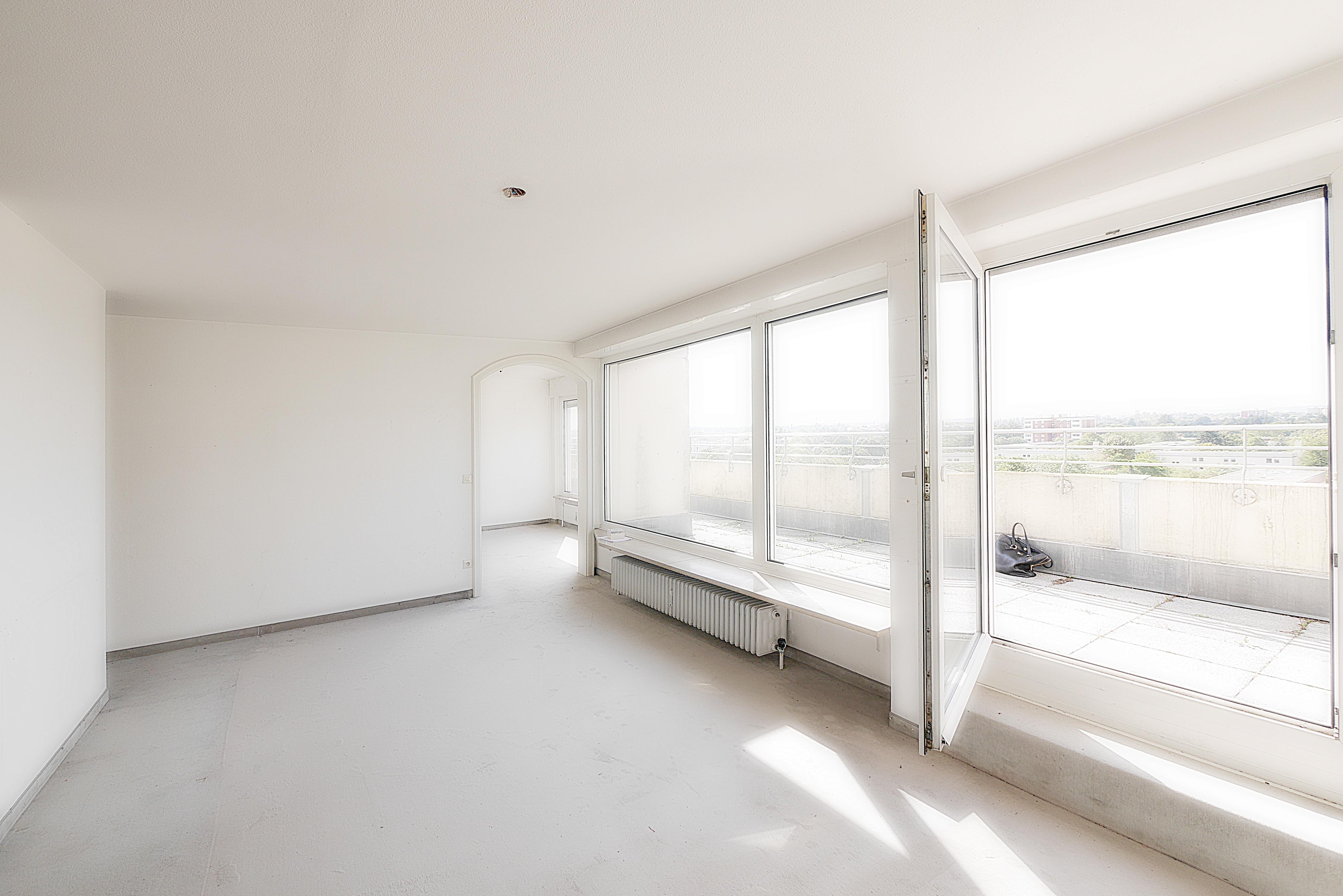 Zu Verkaufen: Attraktive Penthouse Wohnung mit 2 Dachterrassen, Alpenblick & Swimmingpool in München West Pasing-Neuaubing: Wohnzimmer