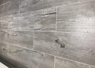 Badeværelse med klinker i trælook i sommerhus