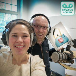 Kristine og Kjartan blar i boka «Ting & Tang» hvor Østfoldmuseenes egne ansatte skriver om sine favoritter fra Østfolds innholdsrike samlinger.