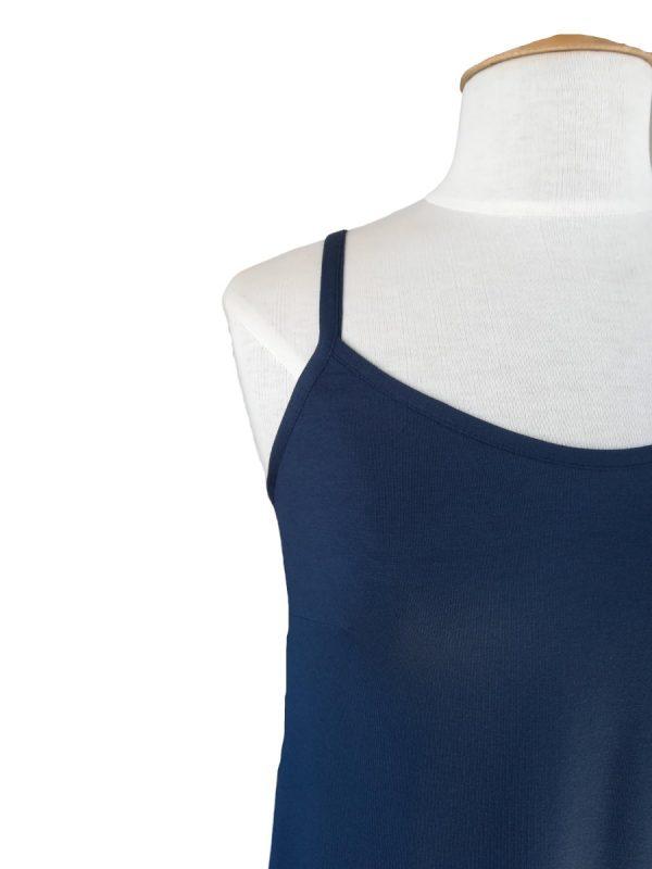 miss sunshine stropkjole i marineblå viskose jersey, nærbillede af smalle stropper