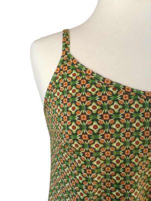 nærbillede af miss sunshine stropkjole i mini retro mønster i grønne og brune nuancer