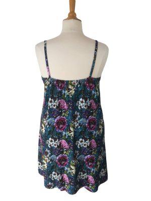 elastik på ryggen af miss sunshine stropkjole, i blå viskose jersey med blomster og sommerfugle, hele kjolen