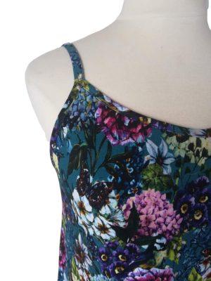 smalle stropper på miss sunshine stropkjole i blå viskose med blomster og sommerfugle