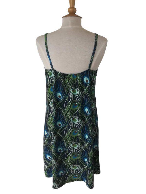 miss sunshine stropkjole i viskose jersey med påfugleprint og elastik på ryggen