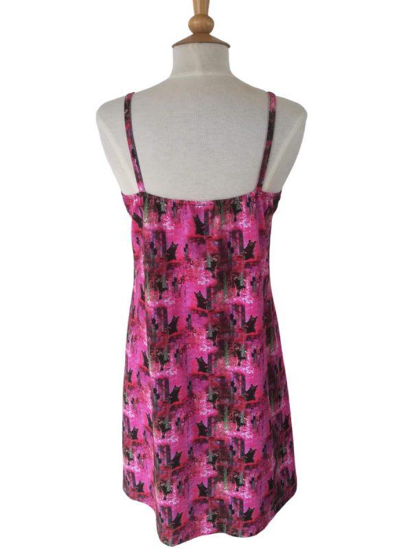 ryggen på miss sunshine stropkjole, i pink bomuldsjersey med bjørne i skoven