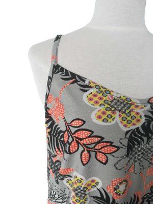 miss sunshine stropkjole i bomuldsjersey med store grafiske blomster i sort og orange på grå baggrund