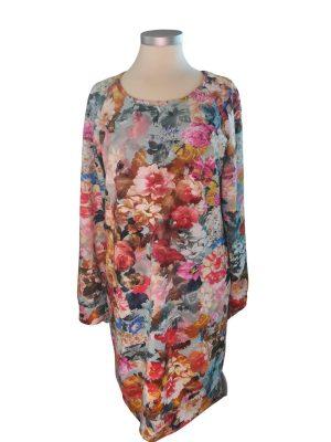 Ida kjolen i loose fit syet i en dejlig isoli med roser