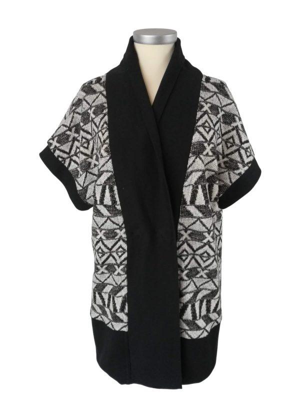 Kaya strikvest med brede sorte ribkanter, og strikket bomuldsstrik i sort, råhvid og lurex, kortærmet