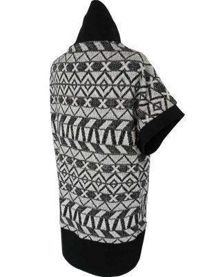 Kaya strikvest set bagfra, i grafisk mønster i sort hvid farver og brede sorte ribkanter