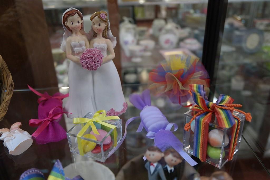Lesbian wedding ideas Bomboniere