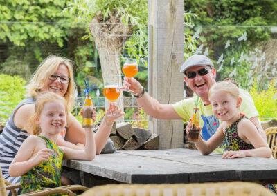 Nadorst-restaurant- feestlocatie-uitspanning-buiten-terras-gasten-proost