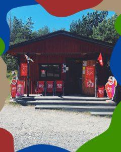 Nåttarö Bryggkiosks utsida, prydd med tre solstolar och två GB gubbar, bland annat. Mvh Nåttarö Handelsbod
