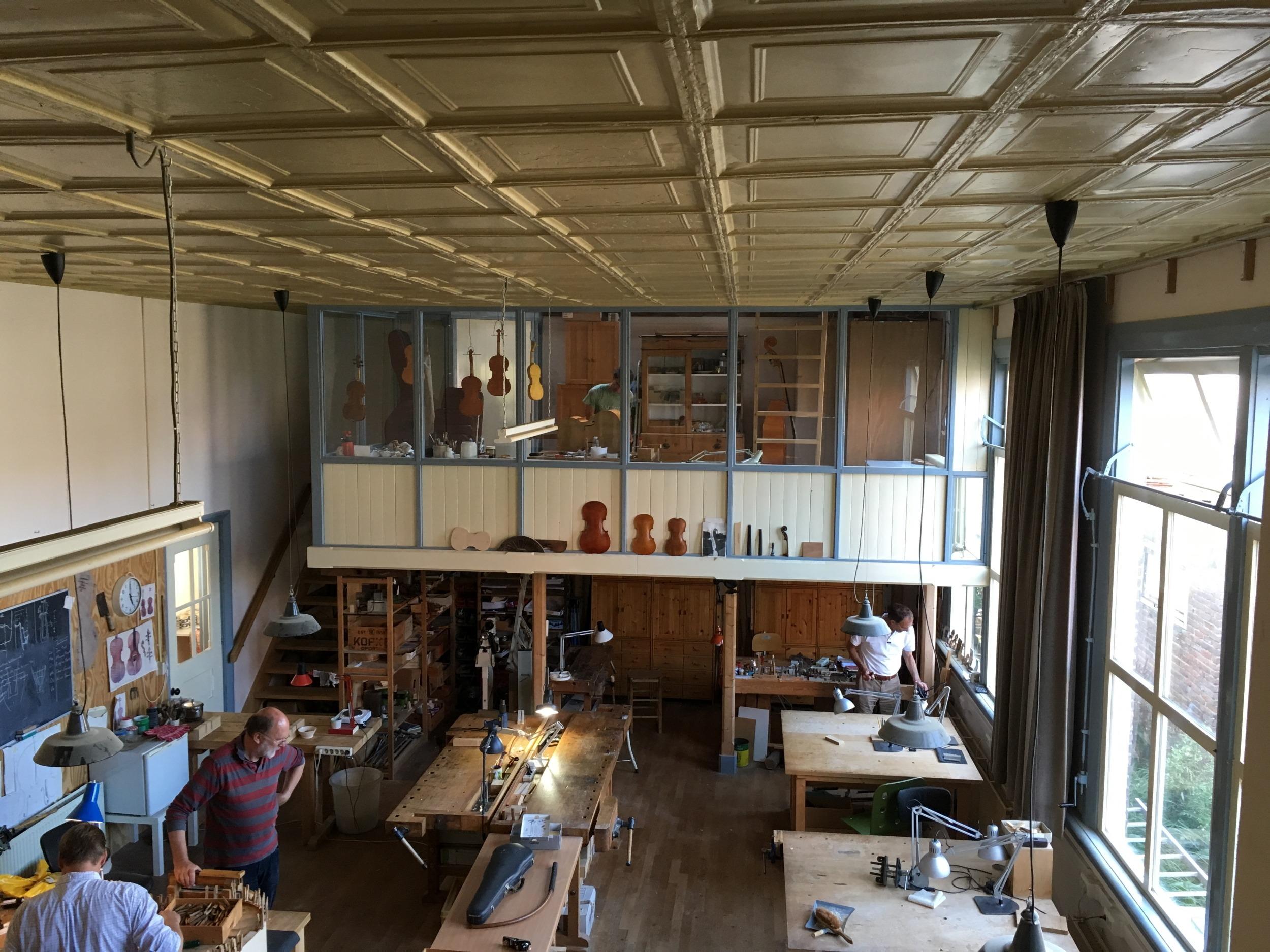 Het blikken plafond van de NVS met zicht op de lak- en droogruimte