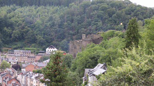 zicht op la roche met ruines