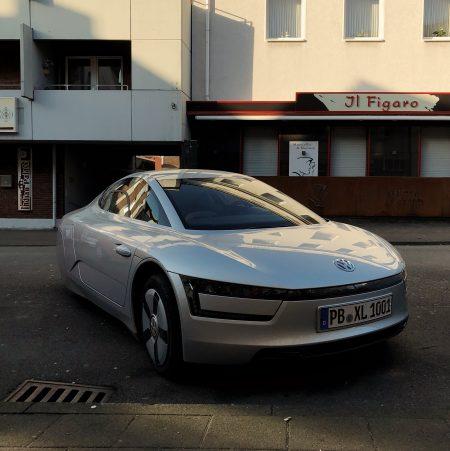 Volkswagen XL1 an der Straße geparkt