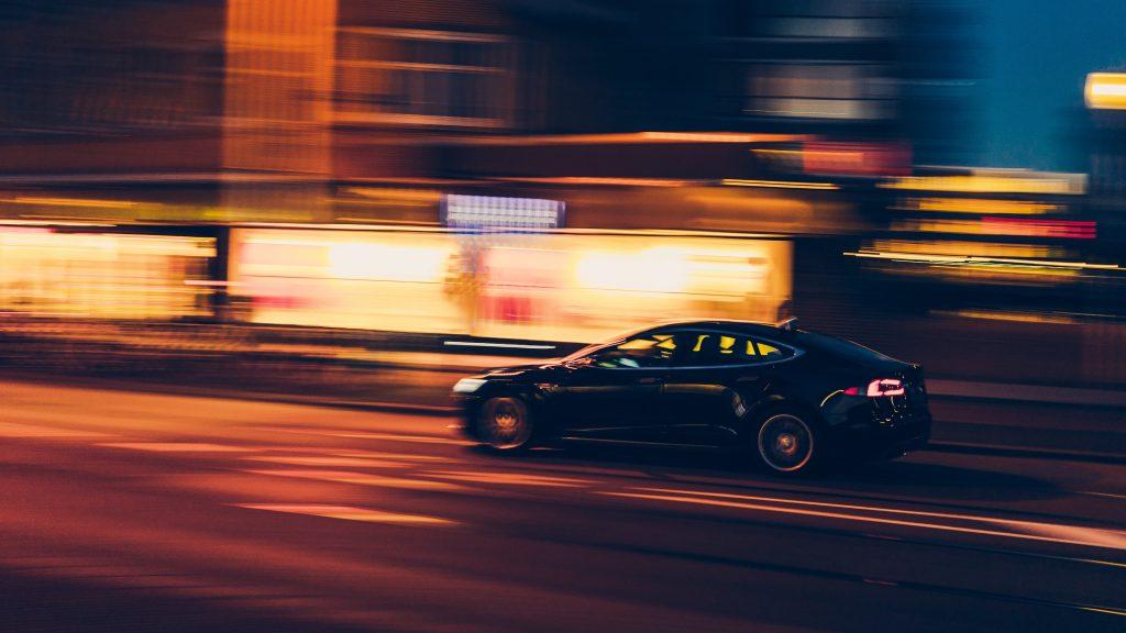 Elektroauto bei Nacht