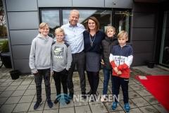 Elever fra adoptionsklassen på Filskov Friskole her sammen med Claus og Anne Junge  - Foto: René Lind Gammelmark
