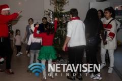 John Skou danser rundt om juletræet med de fremmødte børn og unge - Foto: René Lind Gammelmark