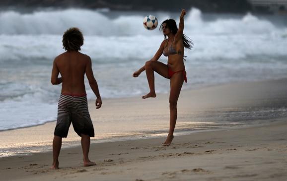 People play soccer on Ipanema beach in Rio de Janeiro on June 4, 2014. (Reuters:Sergio Moraes)