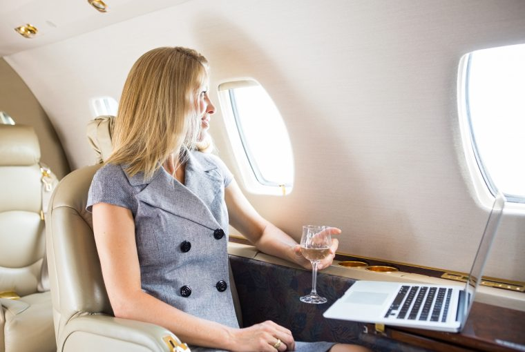 Kvinde ombord på fly