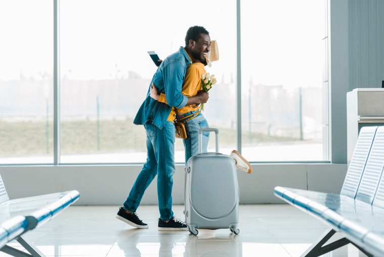 Kærestepar i lufthavnen
