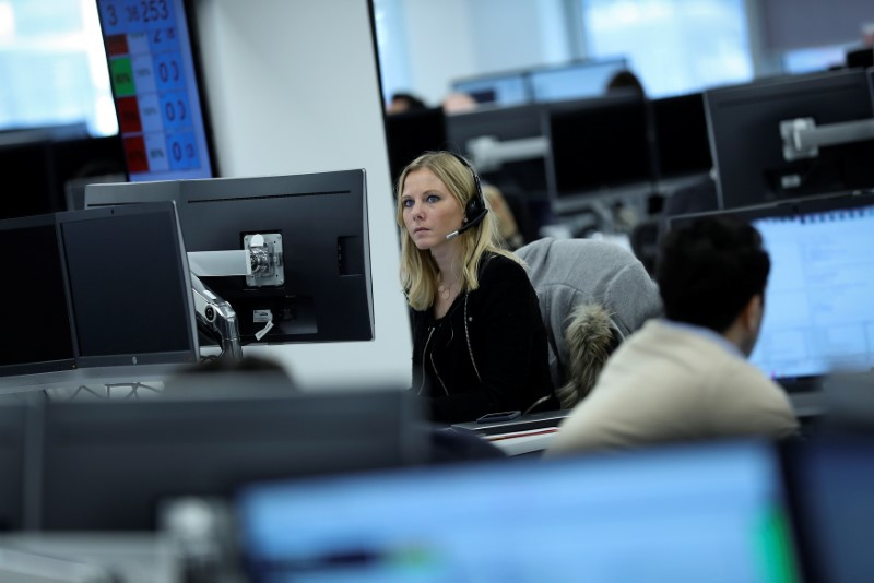 © Reuters.  Canada shares lower at close of trade; S&P/TSX Composite down 0.54%