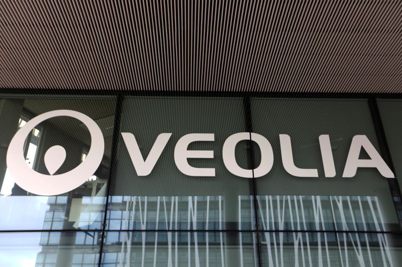 © Reuters. FILE PHOTO: The logo of Veolia is seen in Aubervilliers