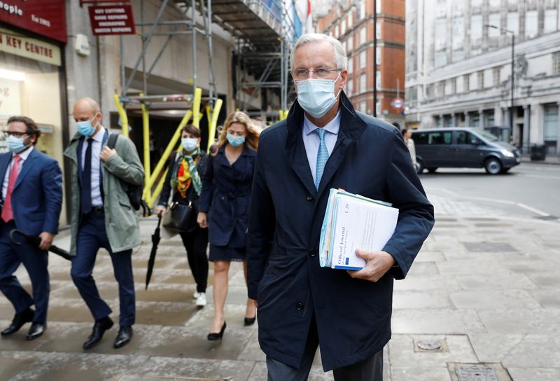 © Reuters. EU chief negotiator Michel Barnier wearing a protective mask leaves his hotel in London