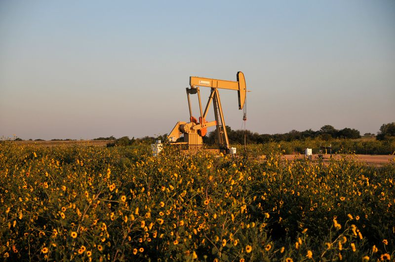 © Reuters. A pump jack operates at a well site leased by Devon Energy Production Company near Guthrie, Oklahoma