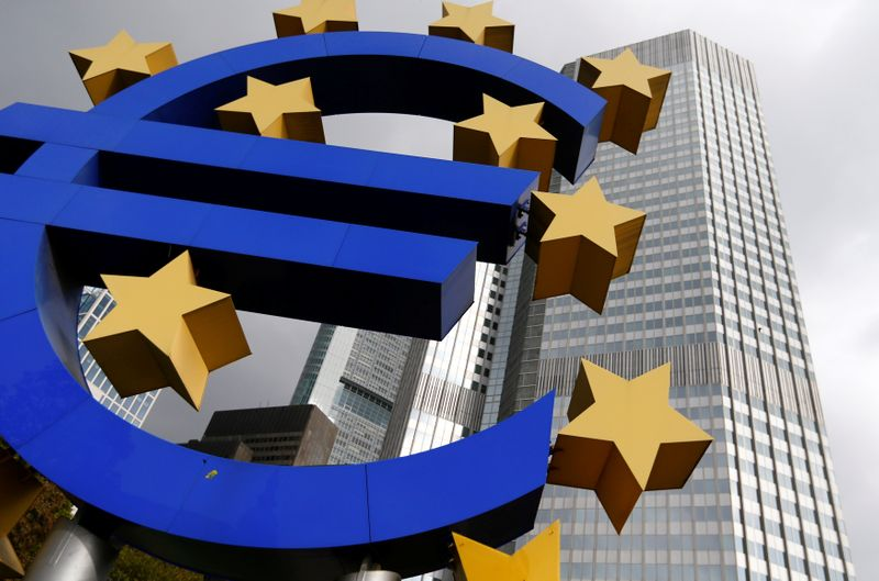 © Reuters. FILE PHOTO: A euro logo sculpture stands in front the headquarters of the European Central Bank  in Frankfurt