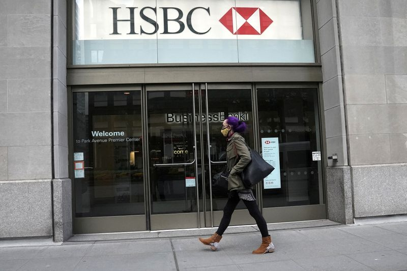 © Reuters. FILE PHOTO: An HSBC bank is pictured in New York