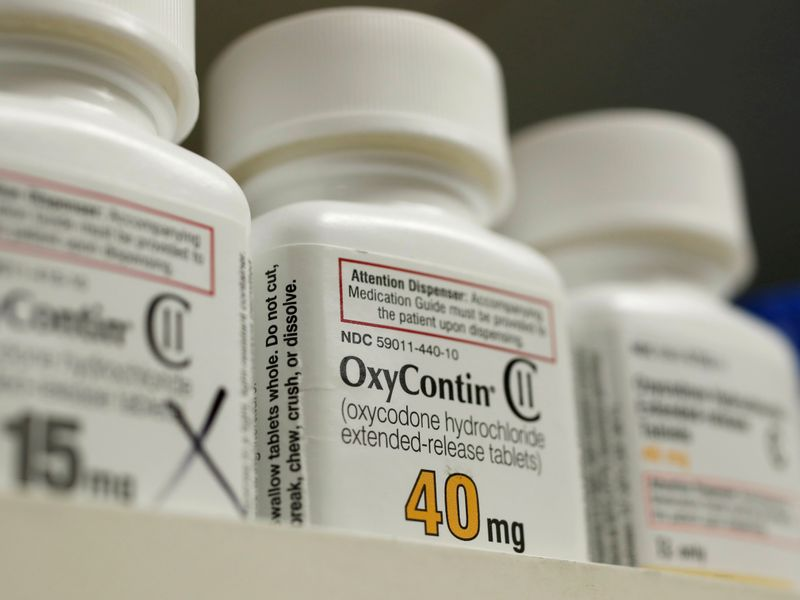 © Reuters. FILE PHOTO: Bottles of prescription painkiller OxyContin made by Purdue Pharma LP sit on a shelf at a local pharmacy in Provo