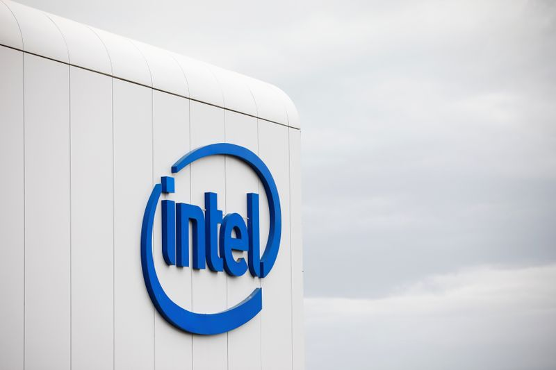 © Reuters. U.S. chipmaker Intel Corp's logo is seen on their