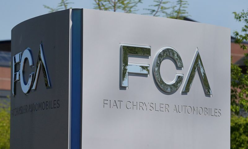 © Reuters. FILE PHOTO: A Fiat Chrysler Automobiles sign at the U.S. headquarters in Auburn Hills, Michigan