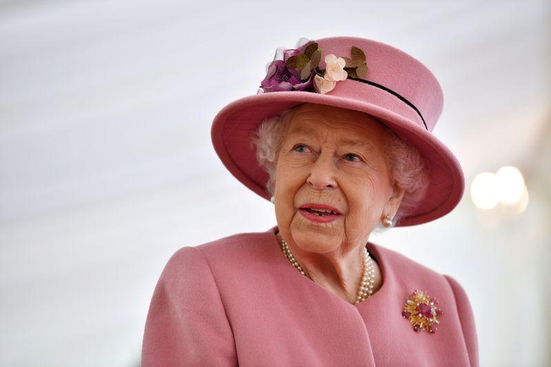 © Reuters. FILE PHOTO: Britain's Queen Elizabeth visits Dstl near Salisbury