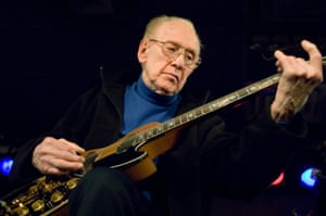 Les Paul at the Iridium jazz club on Broadway in 2007.