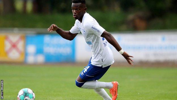 Rabbi Matondo in action for Schalke 04