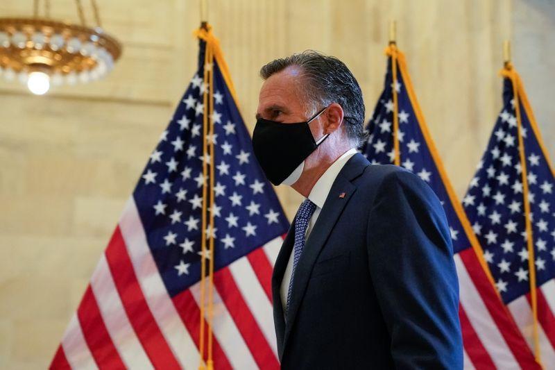 © Reuters. U.S. Senator Romney arrives at the Senate Republican GOP leadership election on Capitol Hill in Washington