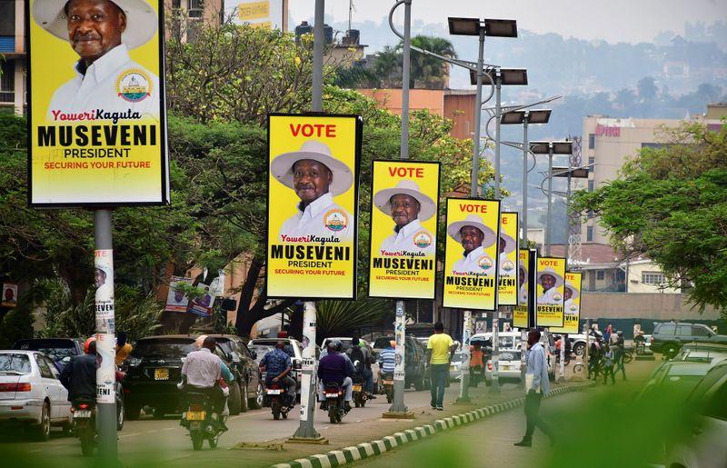 © Reuters. FILE PHOTO: Electoral campaign posters of Uganda's President Yoweri Museveni hang on street light poles in Kampala