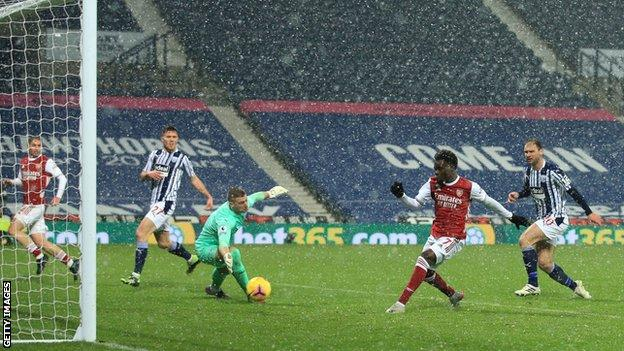 Bukayo Saka finishes off a very slick move for Arsenal
